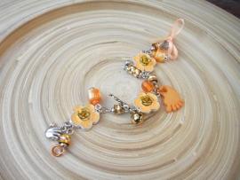 Oranje bloemarmbandje