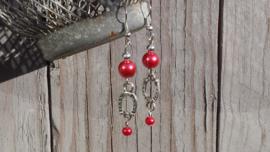 Rode glasparel oorbellen met hoefijzertjes connectors. In verschillende kleuren leverbaar!
