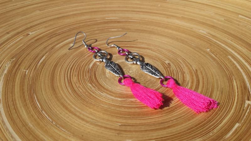 Handgemaakte Chamballa oorbellen met roze kwastjes