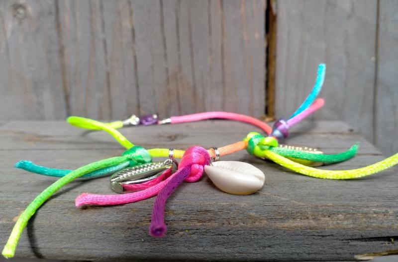 Rainbow enkelbandje met kauri schelpjes