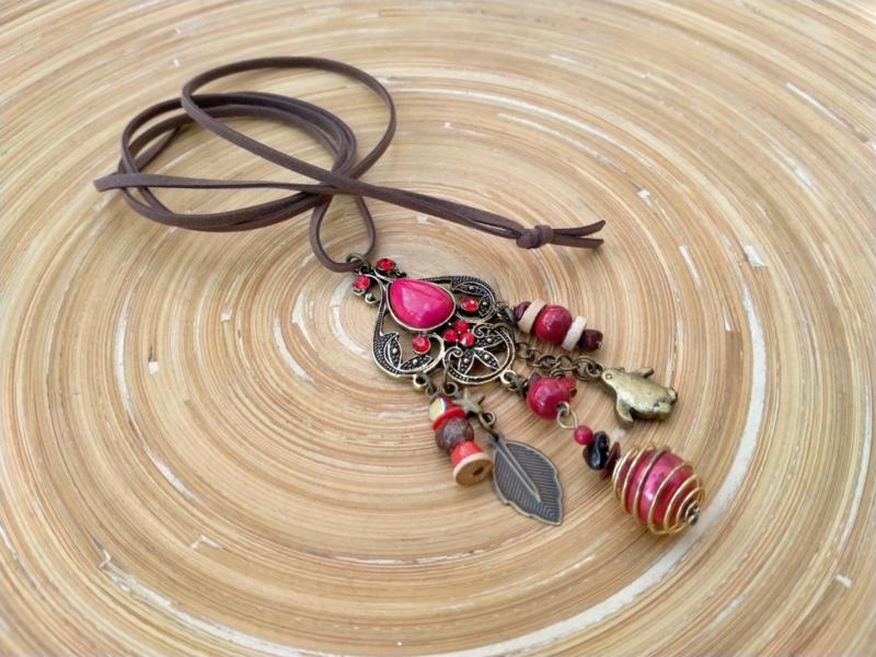 Lange ketting in bruin, rood en brons.