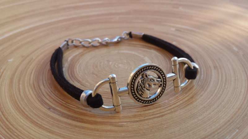 Zwart suede armbandje met paarden connector