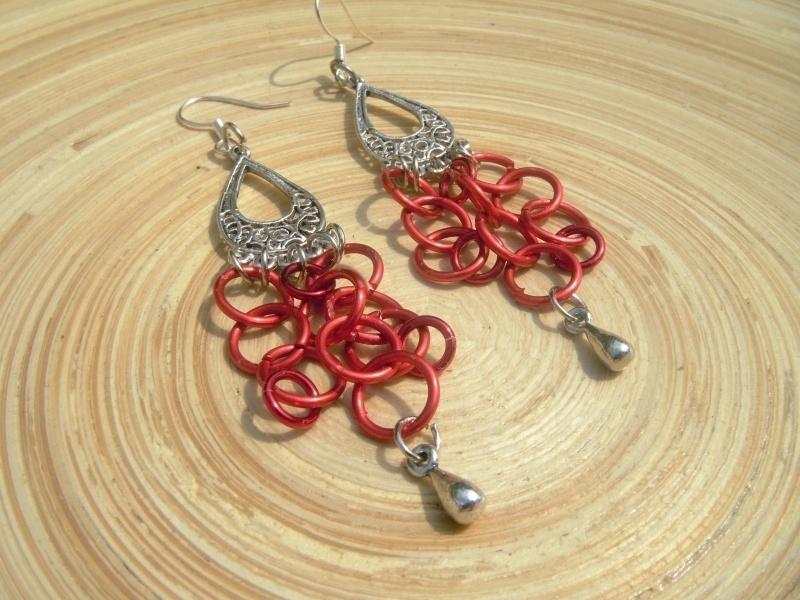 Oorbellen van rood chainmail