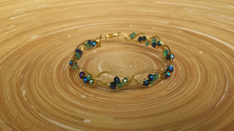 Wire armbandje in goud- blauw- en groen