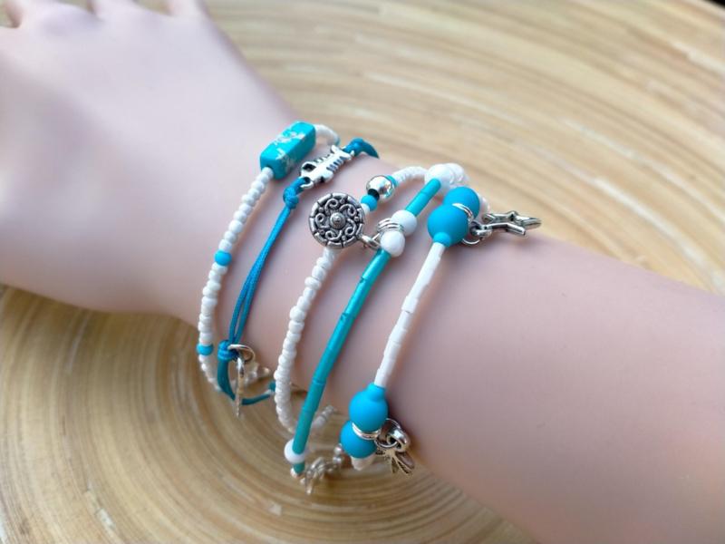 5 dlg. Blauw/wit armbanden setje
