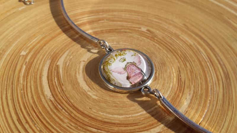 Bangle armbandje met kettinkje en roze stoel afbeelding