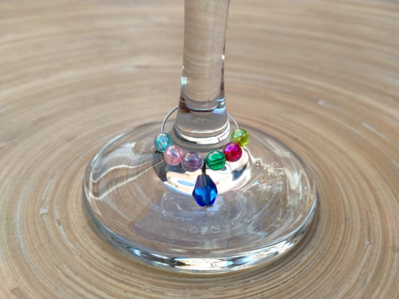 Wijnglas versieringen in multicolors.