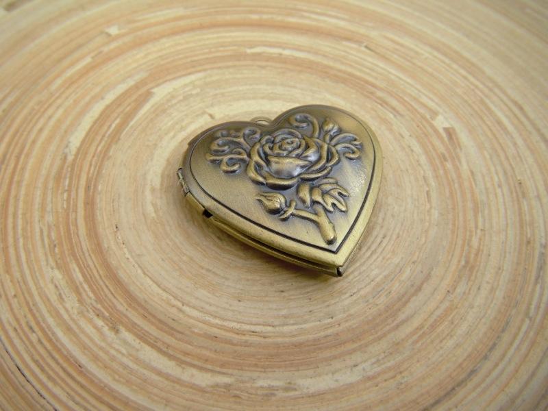 Hartvormige medaillon in bronskleur