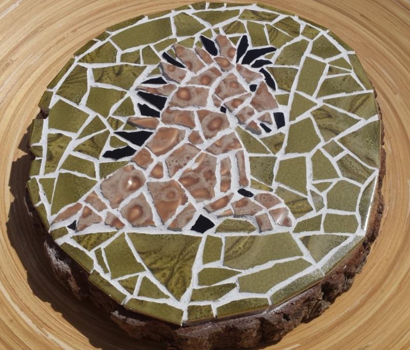 Mozaiëk wandbord op boomschors van een konickpaard