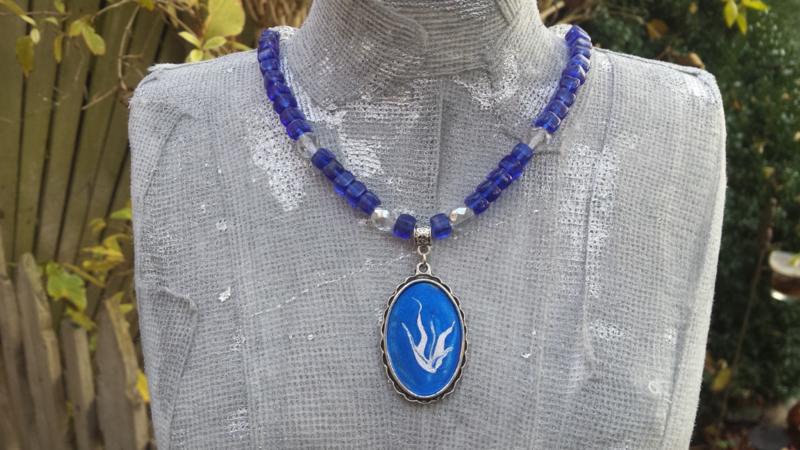 Blauw ketting met facet geslepen glaskralen en ornament
