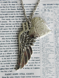 """Medaillon Ketting """"On The Wings Of Love"""""""