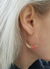 "Oorbellen ""Beaded Hoops"" Coral / Goud"