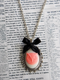 """Uil Ketting """"Cameo Owl""""  White / Pink"""