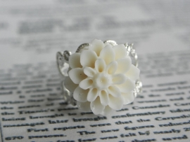 """Ring """"Chrysanthemum Ivory"""" met Bloem"""