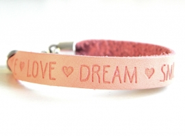 "Leren Tekst Armband ""Smile Love Dream"" Rose Peach"