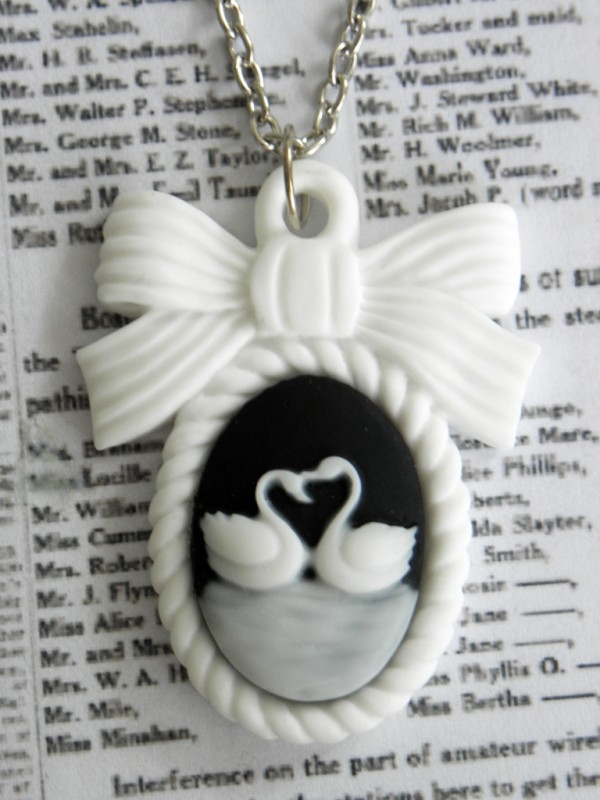 "Camee Ketting ""Swans in Love"""