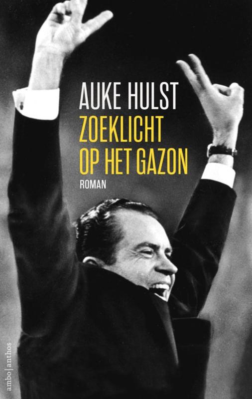 Auke Hulst ; Zoeklicht op het gazon