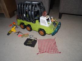 Set met Grote Kooiwagen, 2 poppen en Gorilla