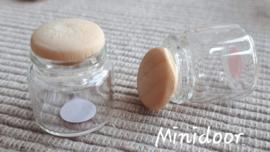 Glazen flesje met plastic dopje met houtstructuur (glas)