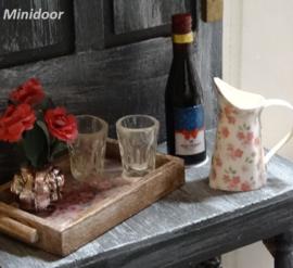 Dienblad, wijnfles, waterkan en vaasje bloemen (zelf maken)