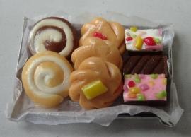 Blik met assorti gebak (6)