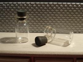 Glazenflesje met houten dopje (glas)
