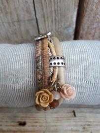 Armband leer zand met roosjes