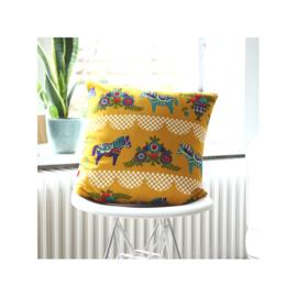 Kussenhoes retro Zweeds paardje okergeel