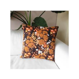 Kussenhoes oranje bloemetjes donkerbruin retro