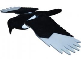 Geflockte ekster met foam vleugels