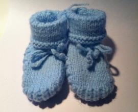 Handgebreide babysokjes lichtblauw