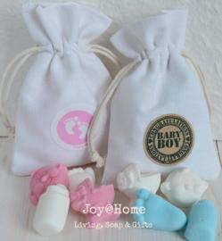 Baby snoepjes in een katoenen zakje met sticker naar keuze
