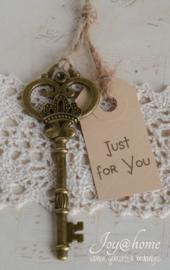 Bronskleurige vintage sleutel met kraft label & stempel naar keuze