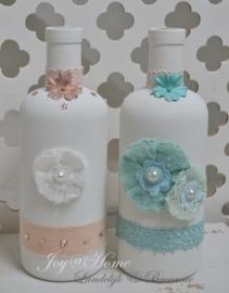 Glazen flessen, oud wit met aqua of zalmroze decoratie
