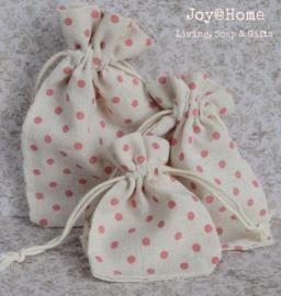 Stoffen cadeauzakjes met roze stippen