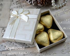 Cadeaudoosje met chocoladehartjes in 3 kleuren