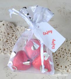 Organza zakje, chocolade hartjes & label met stempel naar keuze