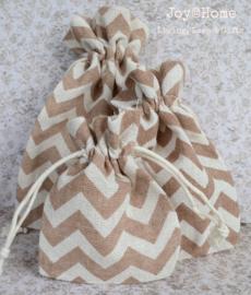 Stoffen cadeauzakjes met bruine zigzag