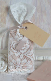 Kanten zakje met zeepplakje, label & lintje, keuze uit 3 kleuren