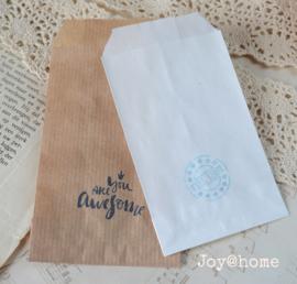 Papieren cadeauzakje met stempel, keuze uit 32 in vele kleuren