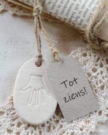 Stenen hanger met handje & label eigen tekst in vele kleurtjes