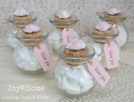Glazen potje met snoephartjes, label & roos