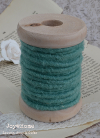 Houten klos met 5 mtr. touw/wol in 3 kleuren