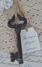 Oude ijzeren sleutel met label naar keuze in 5 afm.