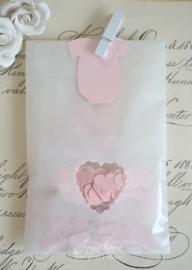 Pergamijn zakje hartje met cellofaan zakje & baby label naar keuze