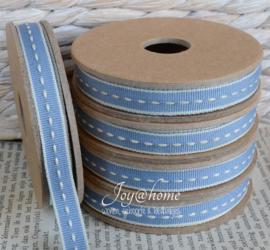 Kartonnen spoel met lint. Blauw met witte stiknaad