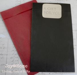 Rode of zwarte cadeauzakjes met sticker goud of zilveren letters