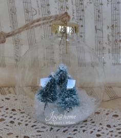 Glazen kerstbal met sneeuw & kerstboompjes