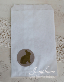 Bruin of wit kraft zakje met een sticker konijntje