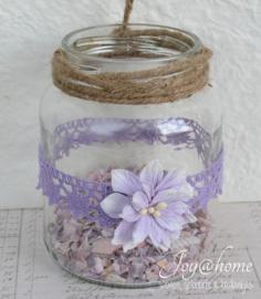 Opgepimpt windlichtje lila met schelpjes